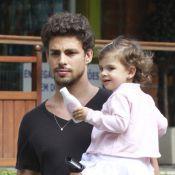 Cauã Reymond passeia com Sofia após ela voltar do Paraná com Grazi Massafera