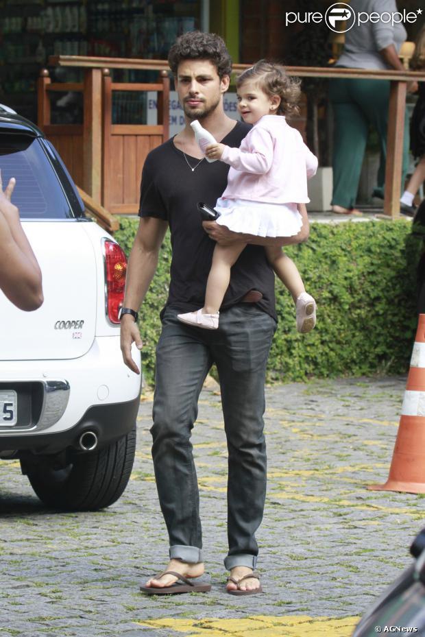 O ator Cauã Reymond passeou com a sua filha, Sofia, de um ano e cinco meses, fruto de seu relacionamento com a ex-mulher, Grazi Massafera, em um shopping no bairro Itanhangá, Zona Oeste do Rio de Janeiro, na tarde desta segunda-feira, 28 de outubro de 2013