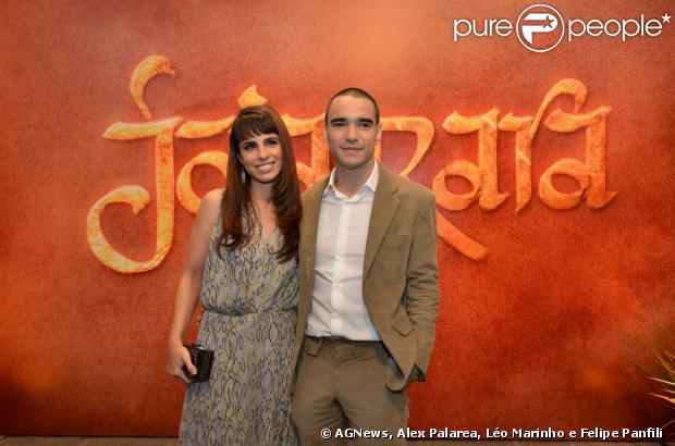 A atriz Maria Ribeiro foi com o marido Caio Blat à festa de estreia de 'Joia Rara', na qual o ator interpreta um monge