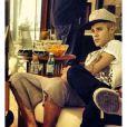 Uma das meninas que esteve na mansão conseguiu burlar a segurança e fotografou Justin Bieber durante o café da manhã