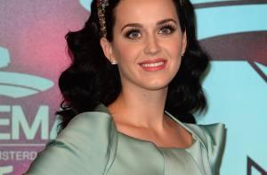 Katy Perry levanta suspeitas de noivado com John Mayer ao usar anel em premiação