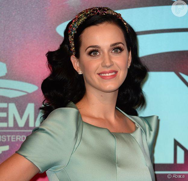 Katy Perry levanta rumores de noivado com John Mayer ao aparecer com anel de diamante no MTV Europe Music Awards, em Amsterdam, na Inglaterra, em 10 de novembro de 2013