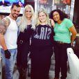 Monique Evans está feliz e publicou uma foto cuidando dos cabelo com a equipe de um salão do Rio