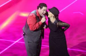 Giulia Gam perde bolsa em premiação e dança no palco com Tiago Abravanel