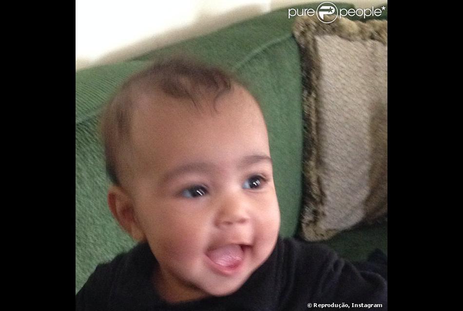 North West cai na gargalhada em foto publicada por Kim Kardashian, em 13 de novembro de 2013