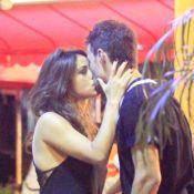 Nanda Costa é flagrada aos beijos com moreno em bar do Rio de Janeiro