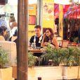 Nanda Costa conversa com amigos em bar do Rio