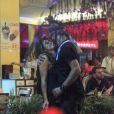 Nanda Costa beija muito em bar do Leblon, no Rio