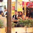 Nanda Costa come e bebe em bar do Rio