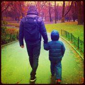 Cássio Reis passeia de mãos dadas com o filho, Noah, em Nova York