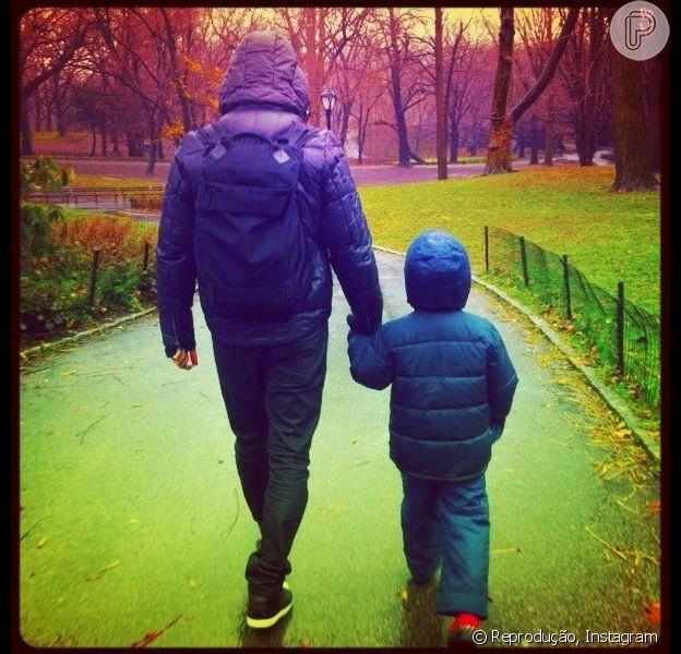 Cássio Reis passeia com o filho no Central Park, em Nova York, em 27 de dezembro de 2012