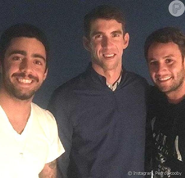 Sem Luana Piovani, Pedro Scooby posa com Michael Phelps em evento: 'O maior'