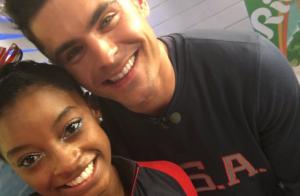 Simone Biles ganha beijo de Zac Efron após ouro na Rio 2016: 'Nas nuvens'. Vídeo