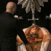 Elke Maravilha é velada com figurino usado durante musical em teatro do Rio
