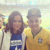 Bruna Marquezine posa com fã no Maracanã em jogo do Brasil nas Olimpíadas