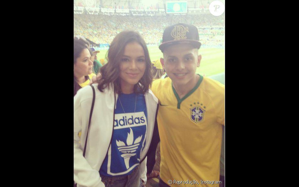 a14066516f4 Bruna Marquezine posa com fã antes de jogo do Brasil contra a Alemanha