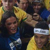 Neymar sobe arquibancada para abraçar Bruna Marquezine após vitória. Vídeo!