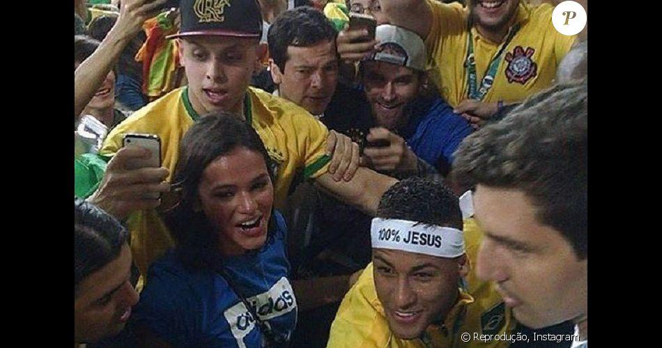 Neymar aparece ao lado de Bruna Marquezine na arquibancada do Maracanã após  conquista do ouro e 061611b020d39
