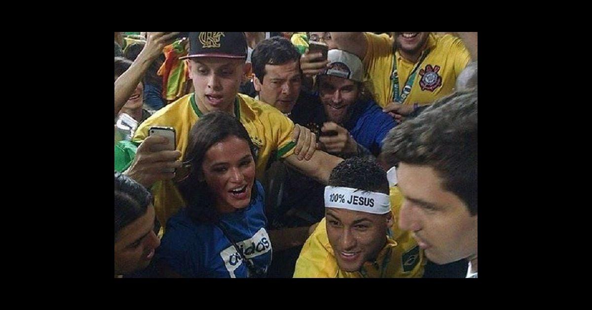 d446afe36e7 Neymar sobe arquibancada para abraçar Bruna Marquezine após vitória. Vídeo!  - Purepeople