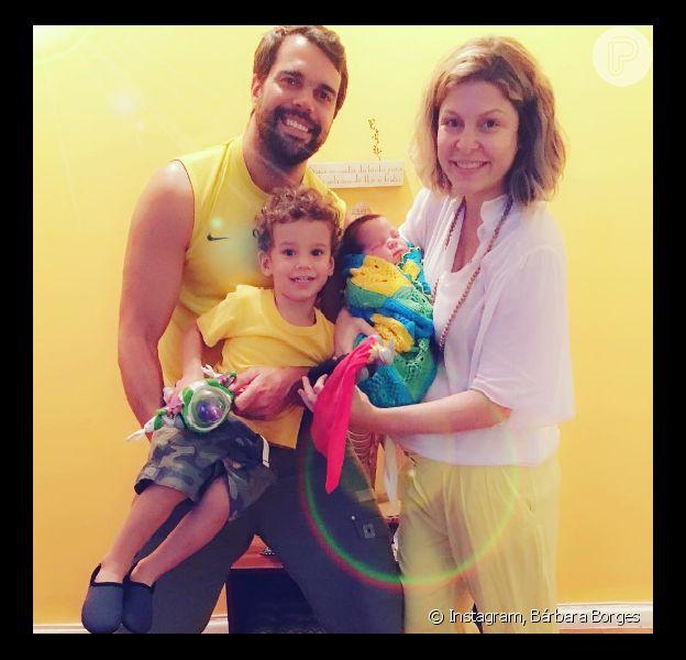 Bárbara Borges comemorou a alta do filho recém-nascido, Theo, que chegou em casa neste sábado, 20 de agosto de 2016, apos ser internado na UTI (Unidade de Tratamento Intensivo), ao lado do marido, Pedro Delfim, e do filho mais velho, Martin, de 2 anos