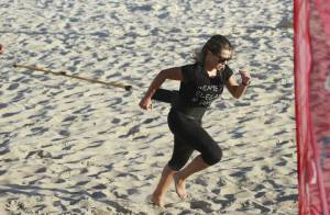 Fernanda Souza pratica CrossCore na praia da Barra da Tijuca com personal