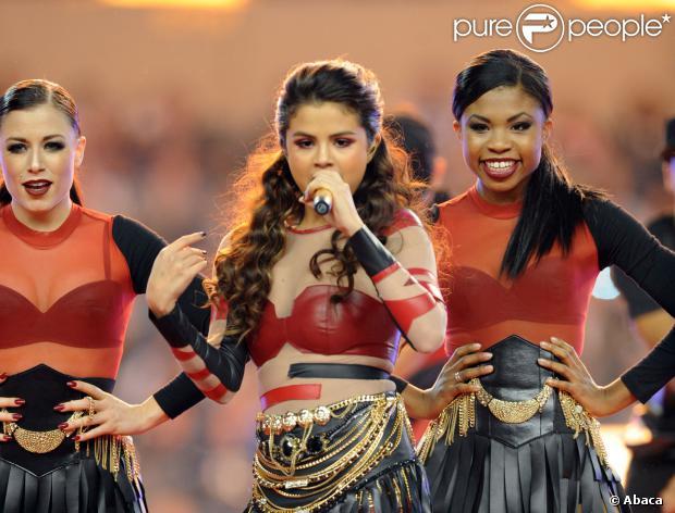 Selena Gomez usa roupa de couro justa durante apresentação no intervalo no intervalo da partida de futebol americano entre Oakland Raiders e Dallas Cowboy, no Texas, em 28 de novembro de 2013