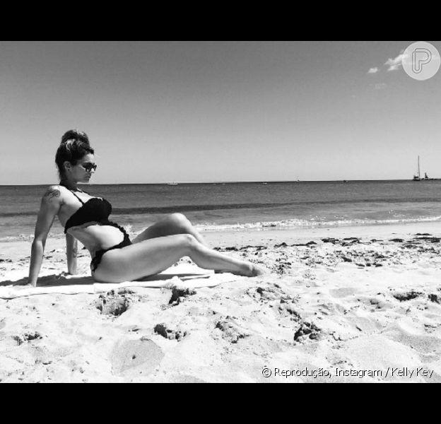 Kelly Key exibe barriga de quatro meses de gestação ao posar em praia, em 27 de agosto de 2016