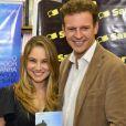 Atriz Juliana Baroni prestigiou lançamento do livro escrito pelo noivo, Eduardo Moreira, com quem namora desde fevereiro deste ano