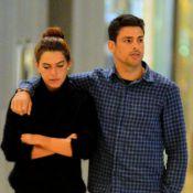 Cauã Reymond passeia com a namorada, Mariana Goldfarb, em shopping no Rio