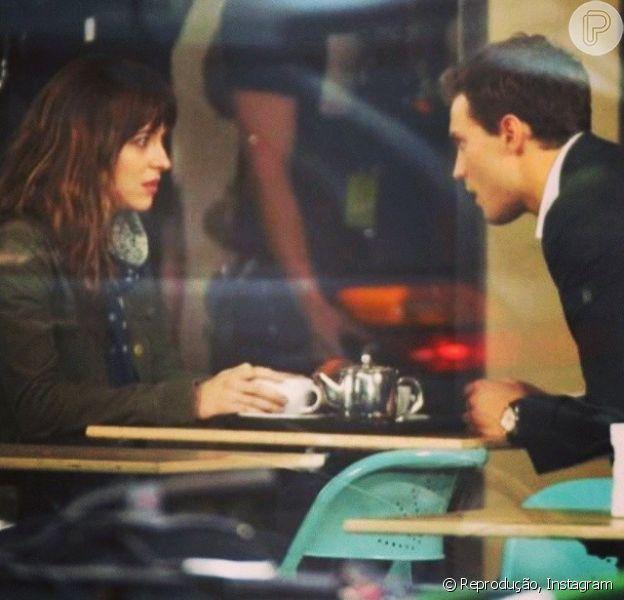 Dakota Johnson e Jamie Doran protagonizam '50 Tons de Cinza', que pode ter uma versão exclusiva para maiores de idade. No longa, eles vivem Anastasia Steele e Christian Grey