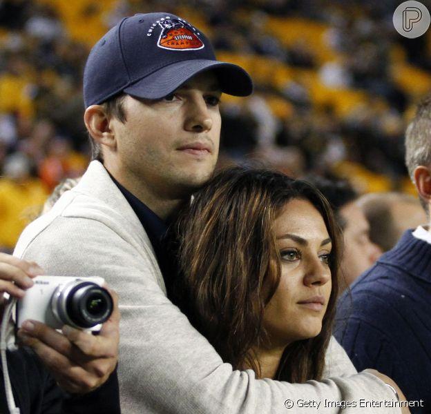 Mila Kunis e Ashton Kutcher, que estão juntos desde 2012, já estariam planejando uma cerimônia de casamento na Inglaterra. O casal teria noivado no último verão