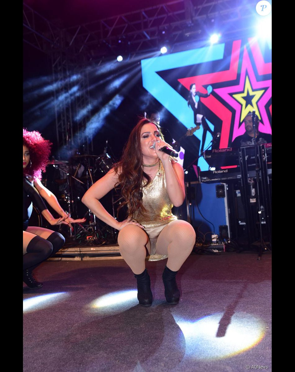Anitta vai até o chão durante show