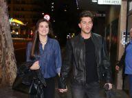 Klebber Toledo e Camila Queiroz chegam de mãos dadas em pré-estreia de peça