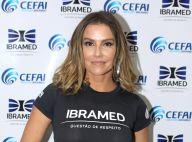 Deborah Secco posa com fãs e causa tumulto ao chegar à feira de beleza, em SP