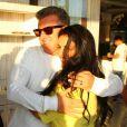 Paloma Bernardi e Luciano Huck se abraçam em festa de aniversário de 34 anos de Rafael Zulu
