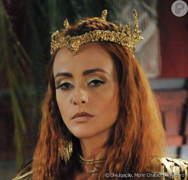 Kalesi (Juliana Silveira) se enfurece ao saber que foi trocada por Raabe (Miriam Freeland) e manda prender a prostituta em uma masmorra, na novela 'A Terra Prometida', a partir de quarta-feira, 21 de setembro de 2016