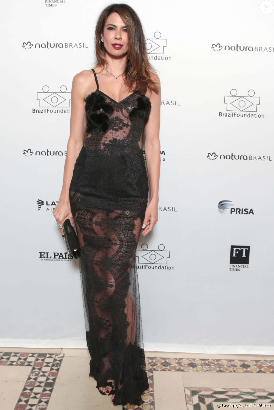 9826acbd8 A apresentadora Luciana Gimenez usou vestido Vitor Zerbinato e sapato e  bolsa Carmen Steffens