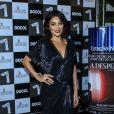 Juliana Paes  chamou atenção a bordo de um vestido azul decotado  na pré-estreia do filme 'A Despedida'