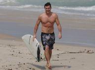 Klebber Toledo exibe corpo sarado ao surfar na praia da Barra, no Rio. Fotos!