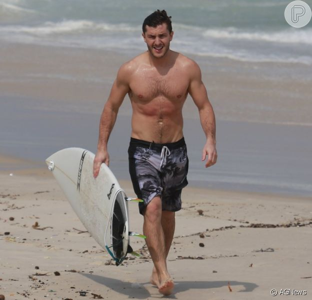 Klebber Toledo exibiu corpo sarado durante dia de surfe na praia da Barra, Zona Oeste do Rio, na tarde desta sexta-feira, dia 16 de setembro de 2016