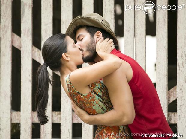 Matias (Begê Muniz) e Celina (Mariana Rios) se beijam, em 'Além do Horizonte', em 9 de dezembro de 2013
