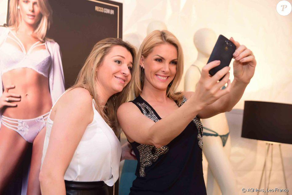 3ad88aab2e0e5 Ana Hickmann tirou selfies com clientes da loja - Purepeople