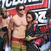 Giovanna Antonelli ganha o carinho do marido ao sair da praia no Rio