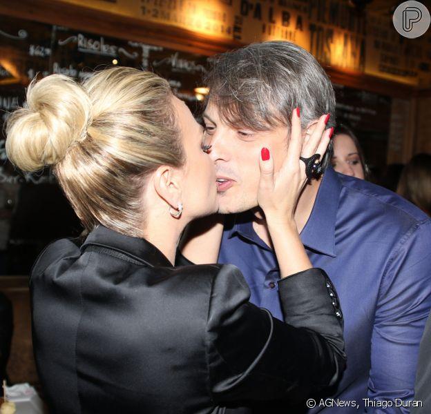Eliana troca beijos com o namorado, Adriano Ricco, em evento em São Paulo