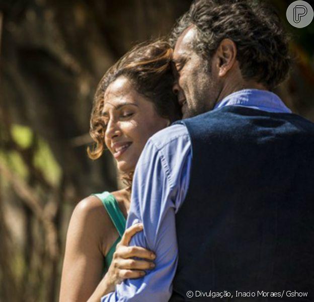 Casados, Tereza (Camila Pitanga) e Santo (Domingos Montagner) ficam juntos e felizes, no último capítulo da novela 'Velho Chico', em 30 de setembro de 2016