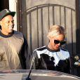 Jay-Z e Beyoncé deixam restaurante vegano em Los Angeles e a cantora chama a atenção por usar roupa de pele de animal