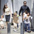 Angelina Jolie está morando na mansão com os seis filhos e um guarda-costa em tempo integral