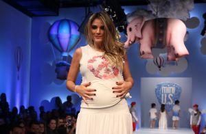 Rafa Brites exibe barriga aos seis meses de gravidez em desfile infantil, em SP