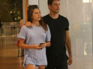 Cauã Reymond vai às compras com namorada e a filha, Sofia, em Buenos Aires