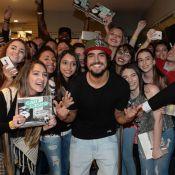 Caio Castro é agarrado por fãs ao lançar livro sobre viagem em São Paulo. Fotos!